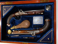 Pair of French Officer  combat pistols, 1º  (firs)t Empire (1804-1814) model transformed into percussion in case.
