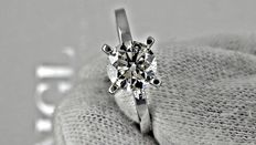 1.01 ct VS2 round diamond ring made of 14 kt white gold