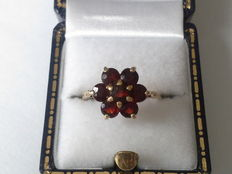 Classic yellow gold ring with garnet