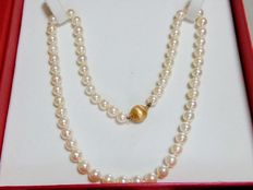 Necklace made of cultured pearls with 18 kt gold ball brooch clasp. 48 cm.