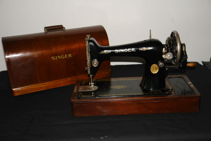 Hand sewing machine Singer 66K, with wooden case - 1932