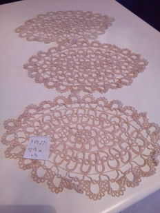 Lot of 110 doilies of various sizes, from small to large, various techniques, Italy, second half of the 20th century