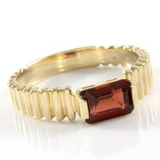 Estate 14kt Yellow Gold Ring  Set with Garnet