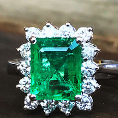 3.78 ct emerald and diamond ring made of 18 kt white gold