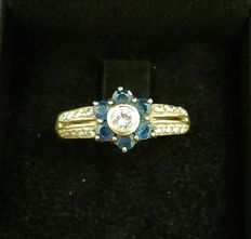 Ring with flower made from 0.35 ct in diamonds and sapphires – 18 kt gold – size 15/16, no reserve