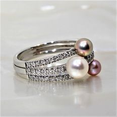 18 kt White Gold with Diamonds and Cultivated Pearls.