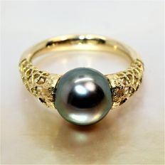 Design Ring in 18 kt Yellow Gold with Tahitian Black Pearl of 9.5 mm.