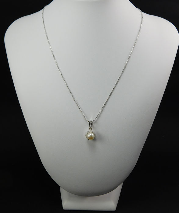 White gold necklace and pendant with 7.28 mm salt water pearl