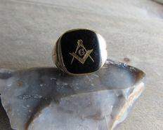 "Gold ""Freemasonry"" ring, onyx inlaid with gold."