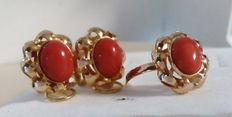 Ring and earrings set made of 18 kt (750/1000) yellow gold with red coral from Sardinia.  Weight: 7.32 g