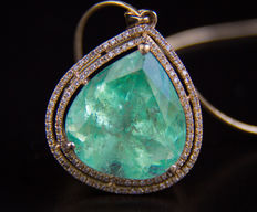 IGI-certified big 14.84 ct transparent emerald pendant surrounded with 0.5 ct diamonds with necklace