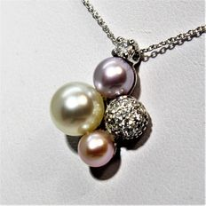 18 kt White Gold Necklace with Diamonds and Cultivated Pearls.