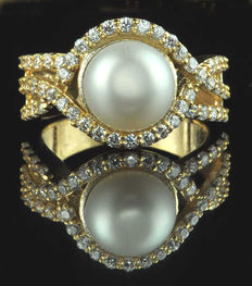 18 Kt  Yellow Gold Ring with a White Natural Freshwater Pearl and 56 Diamonds