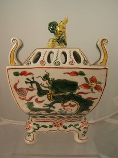 Kutani porcelain koro / incense burner wucai enamels in chinese style with dragon and Shi Shi - Japan - ca. 1900
