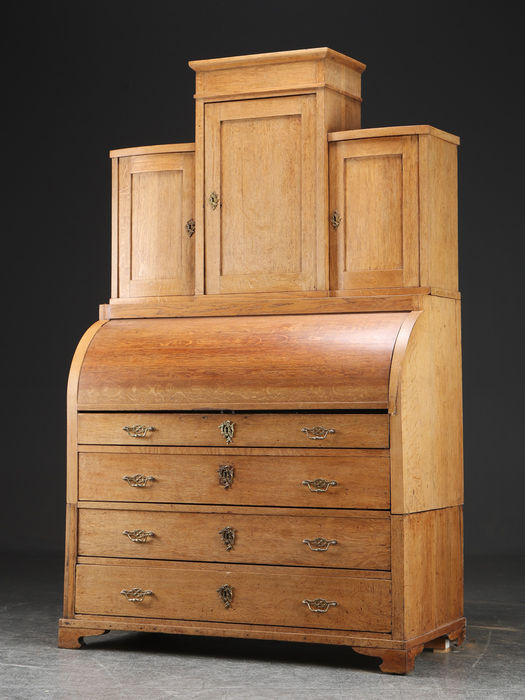 A neoclassical oak cylinder desk with upright partition - Denmark - circa 1820