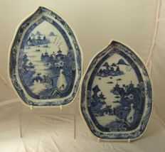 Pair chinese blue & white porcelain leaf shaped trays / stands - China - late 18th century