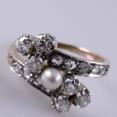 Rose gold Art Nouveau ring with pearl and 16 diamonds