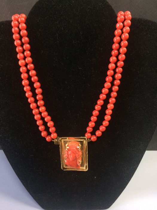 Red coral necklace with 18 kt yellow gold clasp with inscription. Necklace length: 50 cm