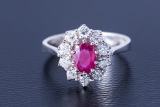 A gold ring made of 585 white gold with a central ruby (oval cut) flanked by 10 diamonds (brilliant cut) of approx. 0.6 ct