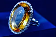 Beautiful 18 kt white gold ring with attractive 19 ct citrine with G.VVS brilliant-cut diamond of 0.50 ct,