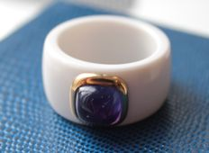 White agate ring set with yellow gold, inlaid with amethyst.