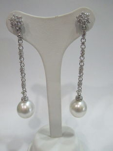 Dangle earrings in gold, with diamonds and extra large pearl