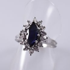 White gold entourage ring with a blue sapphire and fourteen diamonds, 56 (EU)