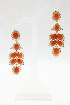 Dangle earrings with coral spool