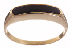 Gold ring inlaid with an onyx strip