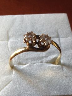Ring – 14 kt yellow gold with two large white sapphires – No reserve.
