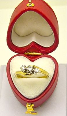 Coster Amsterdam RG 18kt & platinum claw set 0.33ct Diamond trilogy ring with heart box