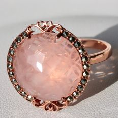 Exclusieve of good quality ring with a beautiful large Rose Quartz ø15,7mm (ca. 8.7Ct.)and marcasites. Excellent state.