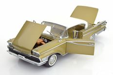 Sun Star The Platinum Collection - Schaal 1/18 - Mercury Park Lane Hard Top 1959 - Kleur: Helgroen Metallic Beige