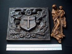 Lot of 2 pieces - carved wooden relief panel and a Madonna wall plaque in wax - 1st half of the 20th century