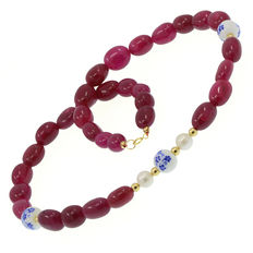 Necklace made of rubies, cultured pearls and 18 kt (750/1000) yellow gold.