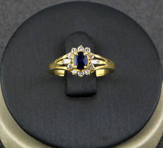 Yellow gold ring with 1 central sapphire (0.60 ct), 10 diamonds (0.15 ct total) and 2 baguette diamonds (0.05 ct)