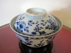Porcelain lidded bowl - China - 18th century, Kangxi period.