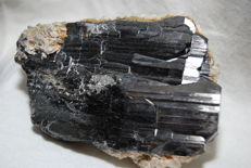 Wolframite (Ferberite) with siderite and calcite  - 8,5 x 6 x 3 cm - 430 gm