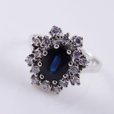 18 kt white gold entourage ring with a blue sapphire, 1 ct, and brilliant cut diamonds, 0.32 ct – ring size 55