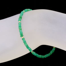 18 kt (750/1000) yellow gold bracelet with emeralds Length: 19.5 cm..