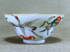 Beautiful porcelain bowl with cranes and eight peaches – China – 19th century (Tongzhi mark, and from that period)