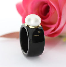 Modern ring made of black agate, with a cultivated pearl and yellow gold