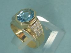 18 kt gold ring, with light blue topaz and 0.20 ct diamonds (Colour: H - Clarity: VS) - Size: 15