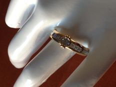 Imposing ring – 18 kt yellow gold ring with diamonds, 0.27 ct.