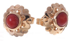Gold earrings with precious coral