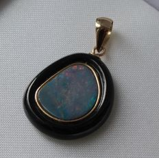 Yellow gold pendant in 14 kt with agate, yellow gold and opal - Measurements: 15 x 28 mm