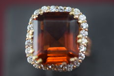 18 kt gold ring with 24 diamonds and citrine, 6.46 ct in total, VVS/J **No reserve price**