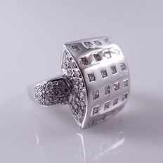 18 kt white gold ring with 80 diamonds, princess and brilliant cut, 1.84 ct in total.