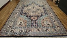 Magnificent Karachi carpet from Pakistan, finely knotted by hand with silk – 290 x 190 cm – In very good condition.