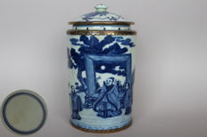 Tea holder with lid with a blue white painting with an imperial scene - China - second half of the 20th century